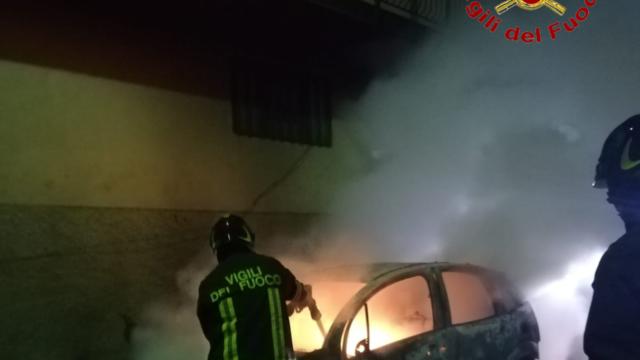 Auto in fiamme nella notte a Cutro (KR)