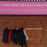 """A Cosenza, per un mese, il """"muro della gentilezza"""" su cui lasciare indumenti pesanti per i più bisognosi"""