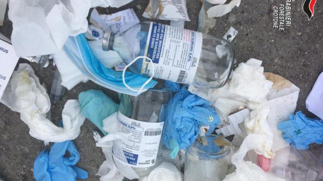 Crotone: rifiuti speciali nei cassonetti, denunciato amministratore di una struttura socio sanitaria