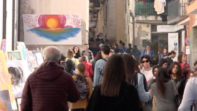 """Centinaia di giovani invadono il centro storico di Crotone in occasione della """"Giornata dell'arte"""""""