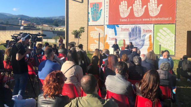 Pif a Lamezia per Trame, presenta il suo libro e parla dei rosari sventolati