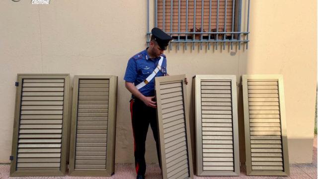 Isola di Capo Rizzuto (KR): sorpreso dai carabinieri a rubare infissi si da alla fuga