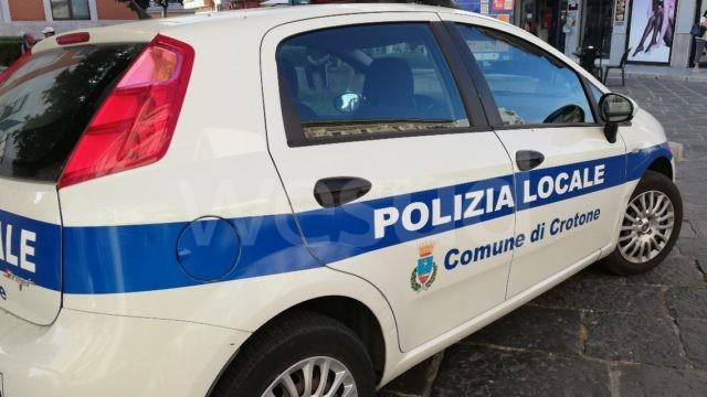 Crotone, multe e denunce della Polizia Locale in città e in periferia