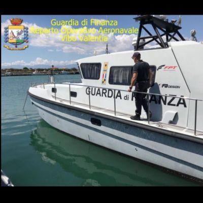 Barca a vela in avaria incagliata ai Laghi di Sibari, intervento della Guardia di Finanza
