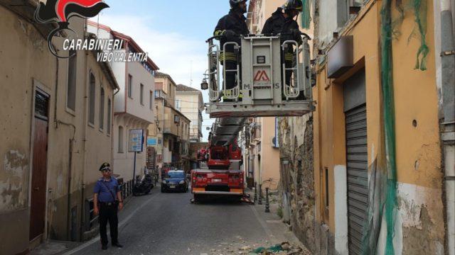 La strada è molto stretta e il Tir impatta ad un balcone, è accaduto nel Vibonese