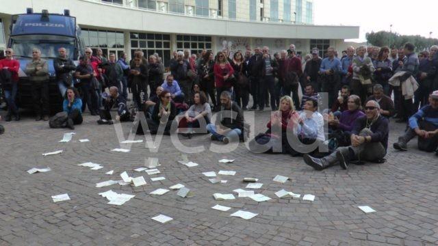 Sit-in di protesta dei tirocinanti davanti la sede della Regione