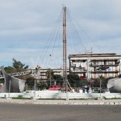 Crotone, questa sera si illumina l'albero di Natale posizionato all'interno della rotonda di Via Giovanni Paolo II