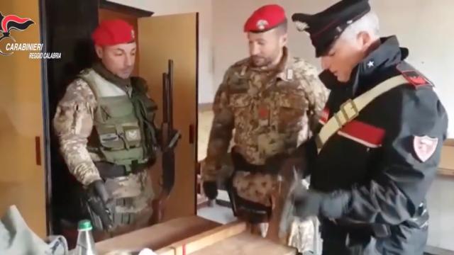 VIDEO | 'ndrangheta: sorpreso con un arsenale, arrestato fiancheggiatore boss