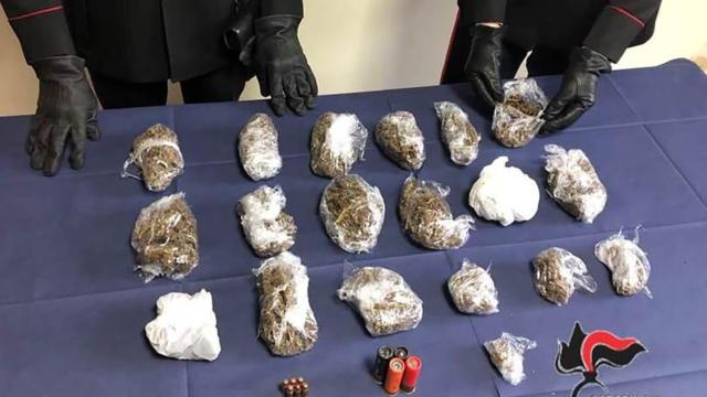 Viaggiava con cartucce e marijuana sotto i sedili dell'auto, arrestato 79enne