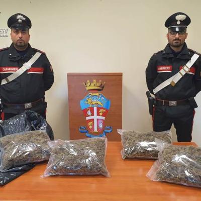 In auto con 2 kg di marijuana, arrestato un 35enne