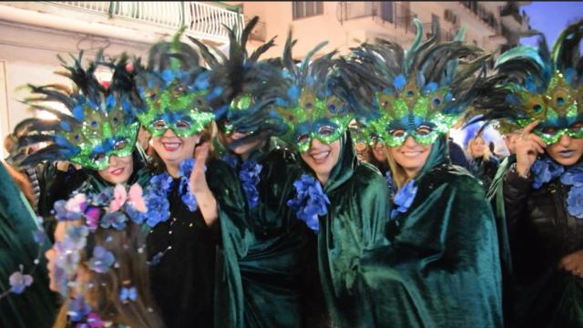 VIDEO | Crotone, alla Carnival Parade tra coriandoli e stelle filanti sfila la balena soffocata dalla plastica