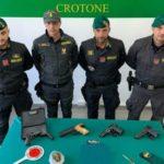 """""""Operazione Pizzichino"""", la Guardia di Finanza di Crotone sequestra armi e droga: arrestato 25enne"""