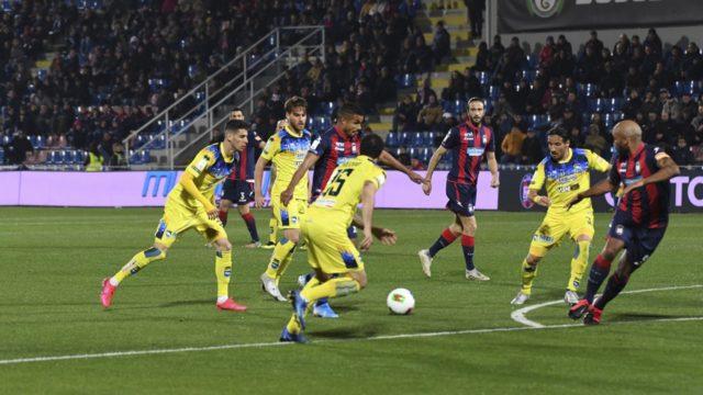 Serie B, il Crotone travolge il Pescara allo Scida: gli squali vincono 4-1 nel posticipo