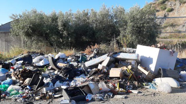 Crotone, discarica abusiva in via Mattei: gli abitanti filmano chi abbandona i rifiuti e chiedono ad Akrea di ripulire l'area