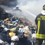 Crotone, cumuli di rifiuti a fuoco: colonne di fumo e odore acre sprigionato dalle fiamme