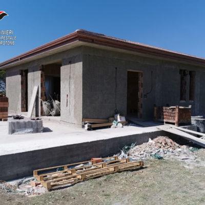 Isola Capo Rizzuto (KR), sequestrata costruzione abusiva su terreno agricolo: una denuncia