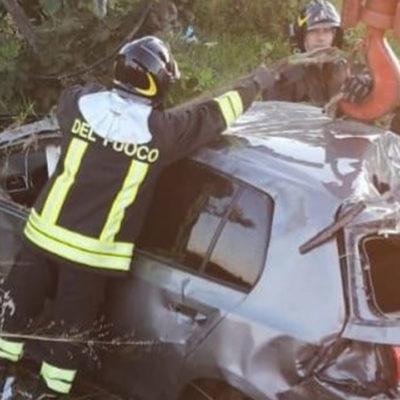 Auto si ribalta lungo la SS 106 e finisce in un agrumeto: due feriti