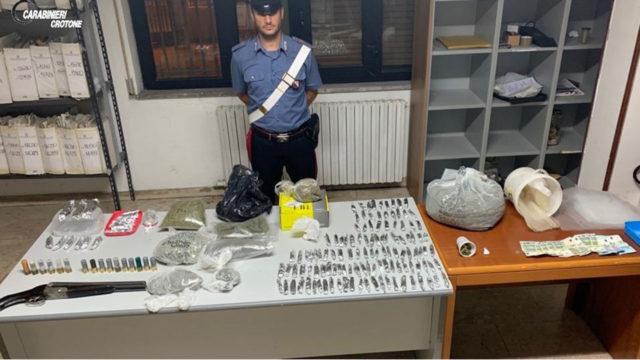 Isola di Capo Rizzuto (KR), sorpreso dai carabinieri con fucile a canne mozze e droga: arrestato 27enne