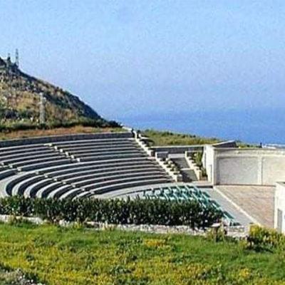 Confermato il concerto di Renzo Arbore e l'orchestra italiana  il 19 agosto al Teatro dei Ruderi di Cirella a Diamante