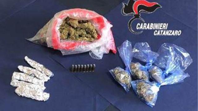 Sorpreso in casa con droga e cartucce per pistola: 26enne ai domiciliari