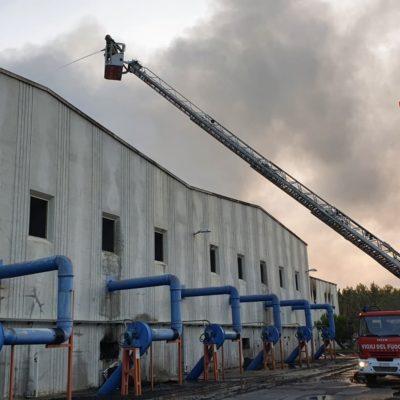 Incendio in un impianto di smaltimento rifiuti nel Reggino, Vigili del Fuoco al lavoro per ore
