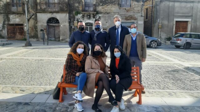 Rocca di Neto (KR), una panchina arancione per sensibilizzare contro la violenza sulle donne: nel ricordo di  Mariella