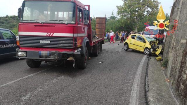 Auto contro camion: perde la vita una 40enne nel Catanzarese