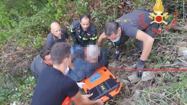 Scivola in un dirupo durante una escursione: soccorso dai Vigili del Fuoco