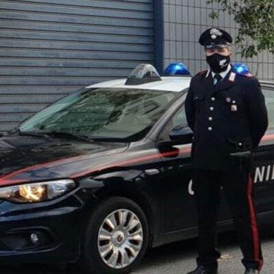 Trova marijuana nella stanza del figlio e chiama i carabinieri, 21enne ai domiciliari